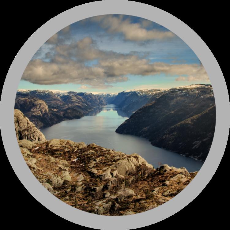 TenVinilo. Alfombra vinílica redonda fiordo de Noruega. Le gustaría agregar un toque transformador a su lugar con nuestra alfombra vinilo redonda original que contiene el diseño de Preikestolen de Noruega.