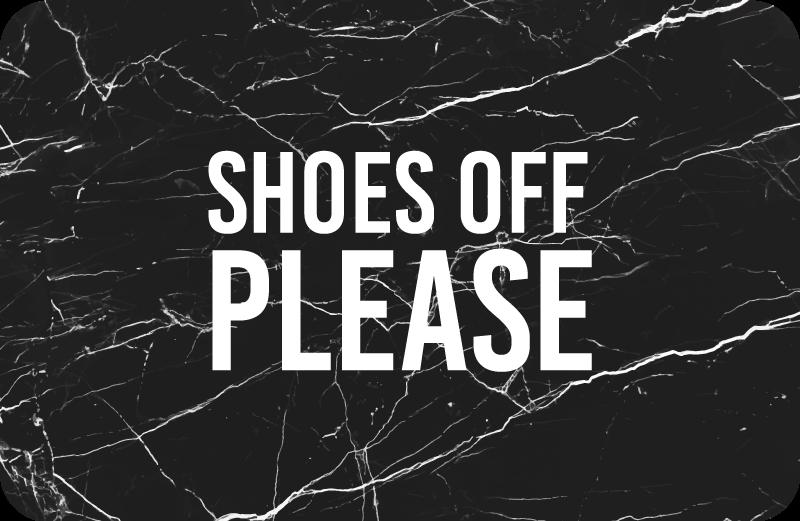 """TenStickers. Pantofi din marmură cu covoare personalizate. Pardoseală din vinil textură cu textul în limba engleză """"pantofi jos vă rog"""" cu litere albe și fundal negru, ideal pentru a vă decora holul."""
