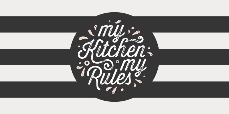 """TenStickers. Minha cozinha minhas regras tapete de vinil retro de cozinha. Dê uma olhada neste tapete de vinil de cozinha retrô em branco e preto com o texto """"minha cozinha minhas regras"""" no meio. Escolha entre diferentes tamanhos!"""