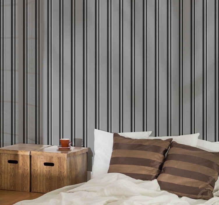 TenStickers. Verticaal behang Grijs breed verticaal gestreept behang. Decoratief grijs verticaal streep behang ontwerp imiteert een goed gepolijst metalen oppervlak gebouwd in streep lagen. Een vleugje luxe design voor thuis.