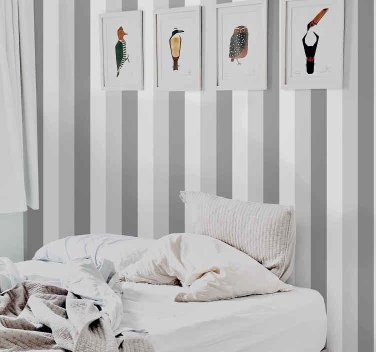 TenStickers. Papier peint rayures Papier peint classique à rayures verticales . Un papier peint original à rayures grises imitant une surface métallique à rayures. Améliorez votre maison avec une touche et un effet luxueux avec notre papier peint.