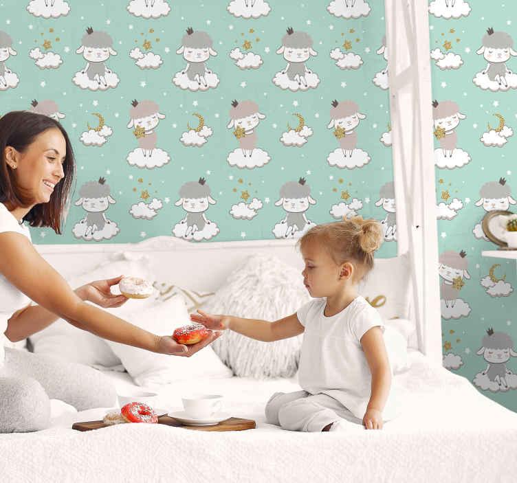 TENSTICKERS. 緑の背景に描く羊クールな動物の壁紙. あなたの赤ちゃんの部屋のためのクールな動物のプリントの壁紙。壁紙は、羊の衣装を着て雲の中に座っている少女のさまざまなイラストで構成されています。