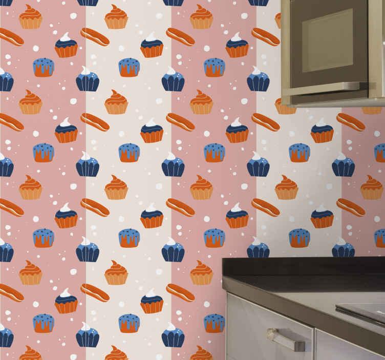 TenStickers. 多彩糖果复古壁纸. 条纹的墙纸,在粉红色的条纹背景上具有蛋糕和冰面包的图案。使用优质材料。