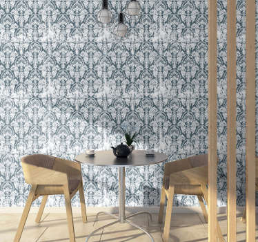 Apaixone-se por este papel de parede vintage cheio de ornamentos subtis no fundo azulado. Perfeito para sua sala ou quarto.