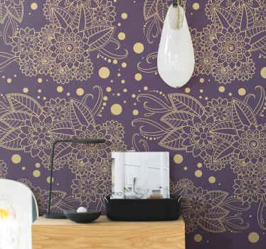 Apportez à votre salon un nouveau look avec ce papier peint décoratif. Le design se compose de différents motifs ornementaux de couleur dorée sur un fond violet.