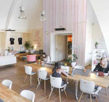 Rózsaszín akvarell függőleges csíkos tapéta, amely nappalival, hálószobával és akár gyermekszobával is díszíthető. Tér.