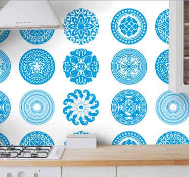 Papier peint sticker carreaux ronds pour cuisine et autre espace de votre choix. Conception de différents motifs ornementaux géométriques de couleur bleu et blanc.