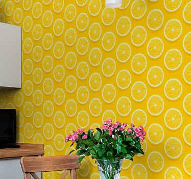 スライスしたオレンジのパターンと美しい黄色の背景の壁紙。キッチン、ダイニング、その他のスペースを飾るのに最適なアイデアです。適用が簡単です。