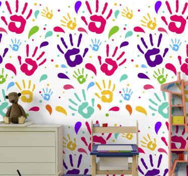Este colorido papel pintado con arte de manos sería genial para personalizar el dormitorio de los niños. También se puede instalar en cualquier lugar.